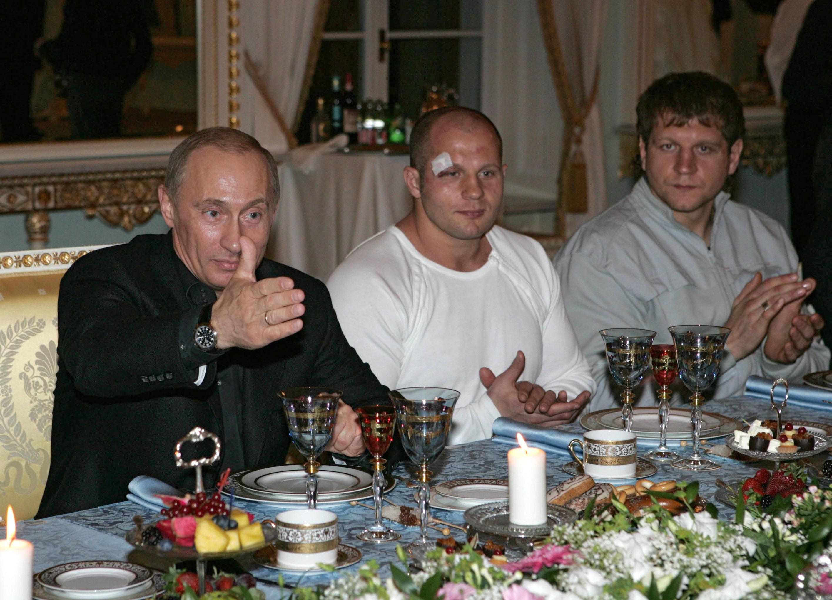 Le président russe avec des participants du Championnat d'arts martiaux mixtes