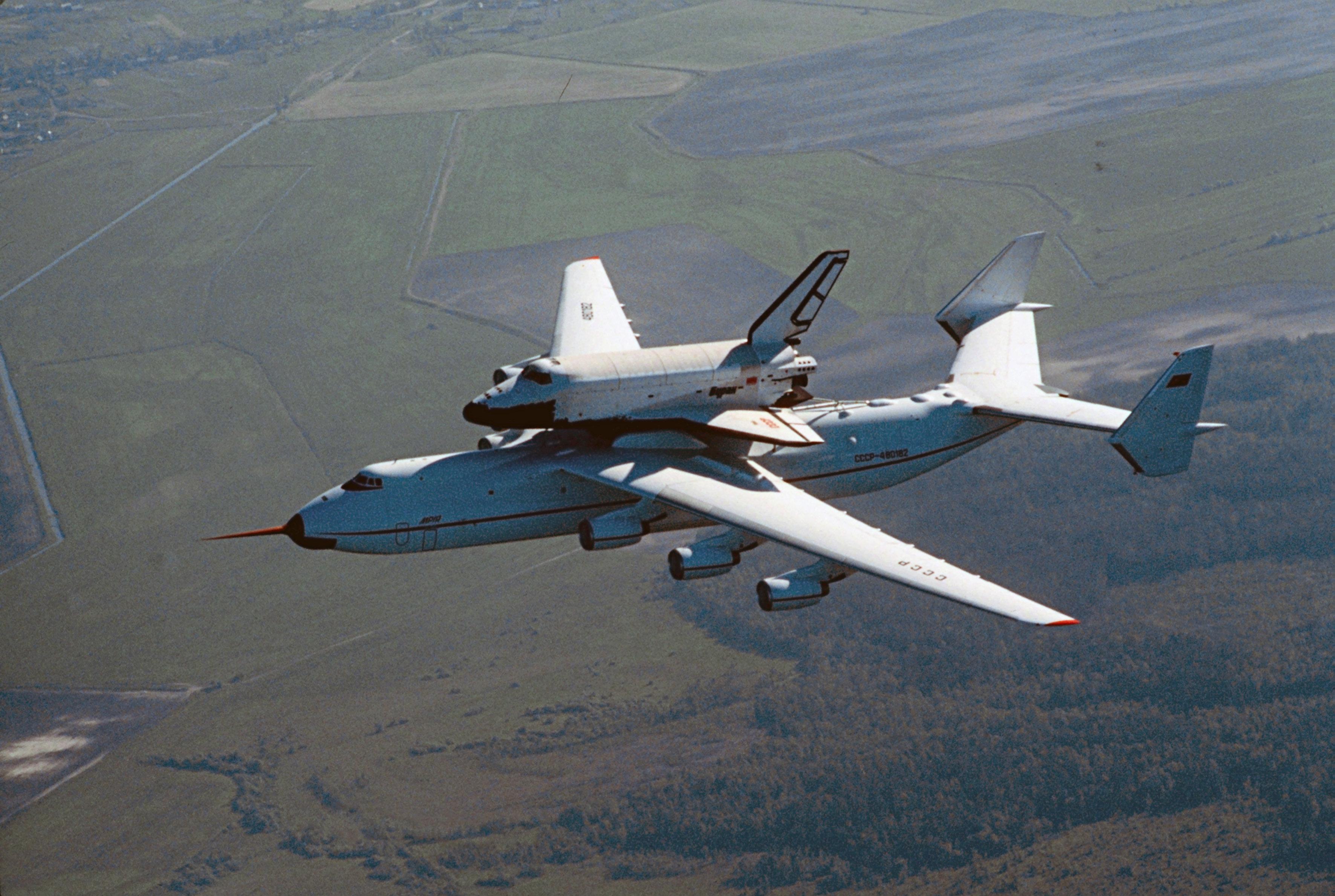 Antonov An-225 transportant la navette spatiale Bourane