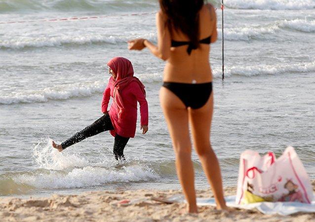 une femme en bikini