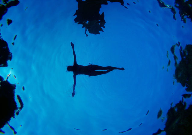 Une femme dans la piscine à Madrid
