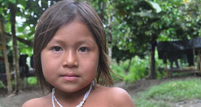 Une fille indienne va à l'école et passe par chez les FARC