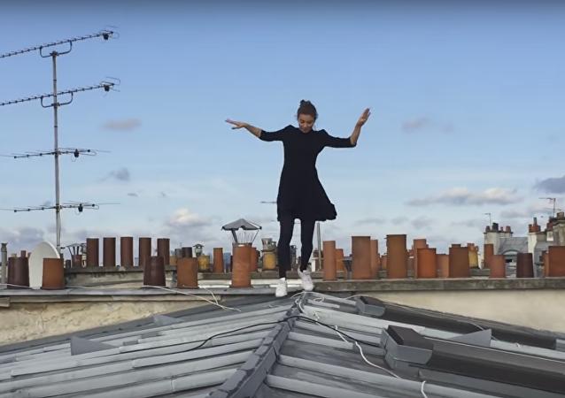 Elle vous donnera le vertige en sautant sur les toits de Paris