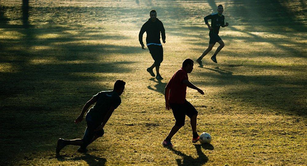 Réfugiés jouent au football