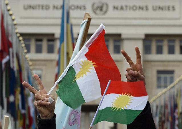 Des Kurdes de Syrie  brandissent les drapeaux du Kurdistan. Image d'illustration