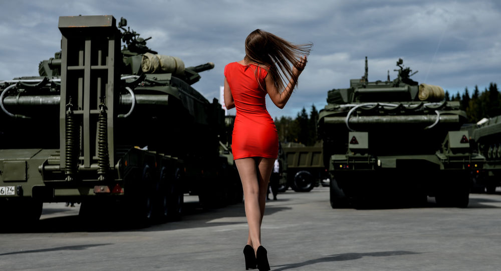 Une visiteuse à l'exposition de matériel de guerre au Forum international militaro-technique Armée 2016