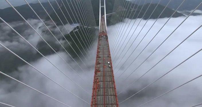 Le plus haut pont suspendu du monde construit en Chine