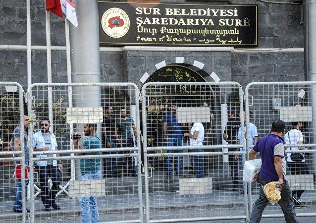 Une opération de la police turque dans un bâtiment de la municipalité le 11 septembre 2016 à Diyarbakir
