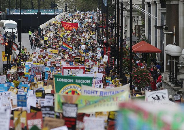 Des députés et des acteurs rejoignent la marche en faveur des migrants à Londres