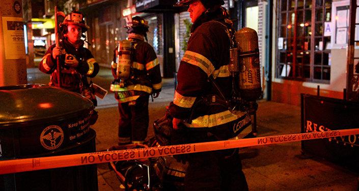 Des pompiers sur le site de l'explosion dans le quartier de Chelsea à Manhattan