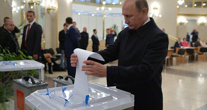 Vladimir Poutine au bureau de vote
