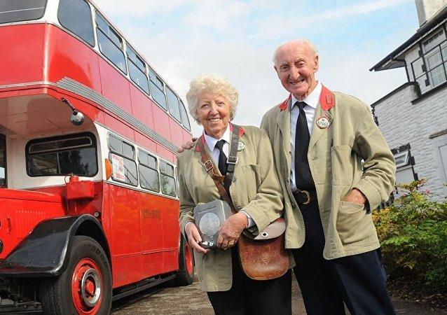 A 82 ans, Il achète un bus similaire à celui où il a connu sa femme