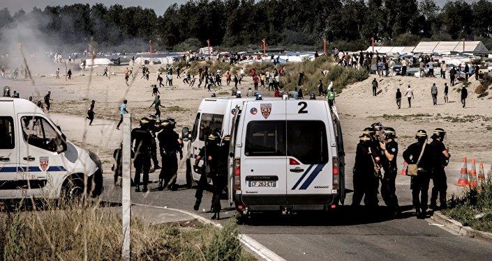 Calais: nouveaux heurts entre migrants et policiers