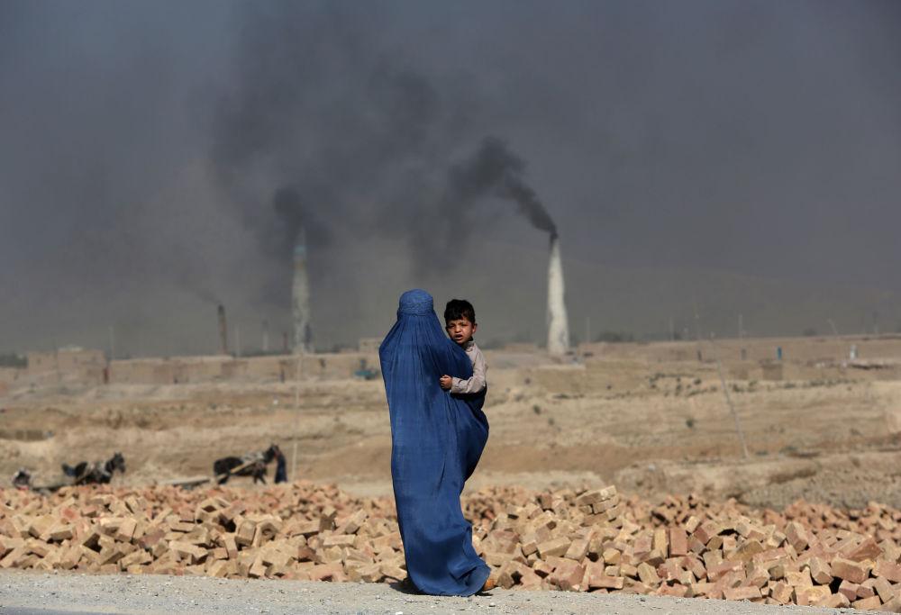 Афганская женщина с ребенком на руках в Кабуле