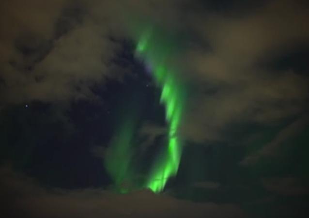 Les magnifiques aurores boréales brillent au-dessus de Reykjavík
