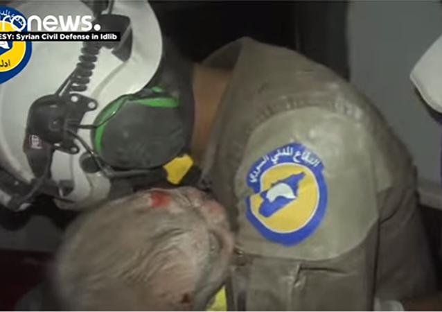 Sauvetage d'un bébé à Idlib