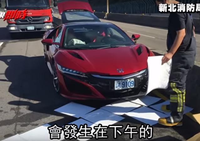 Ce journaliste détruit une voiture de luxe à cause… d'une abeille