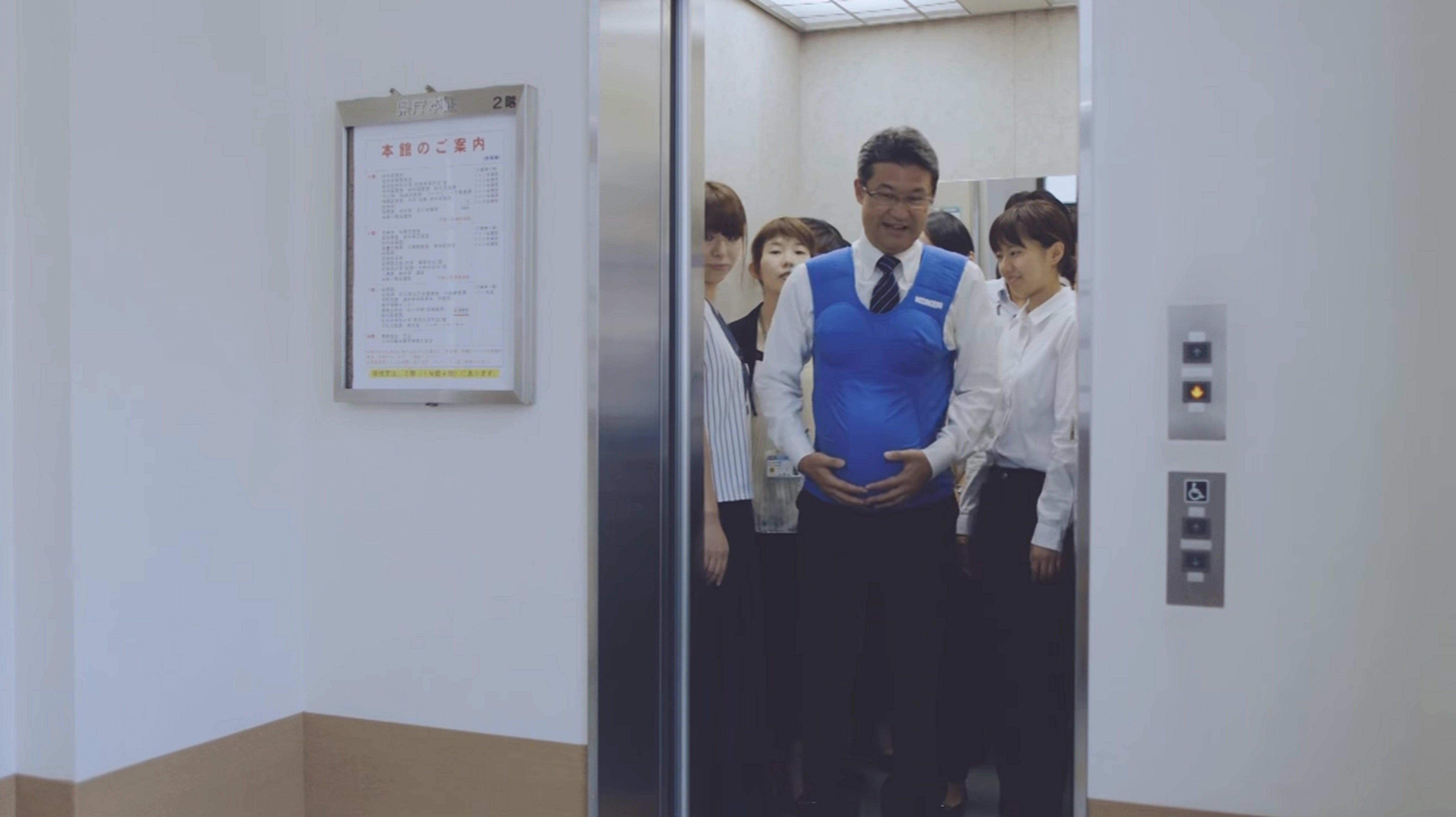 Les élus japonais portent un ventre de femme enceinte