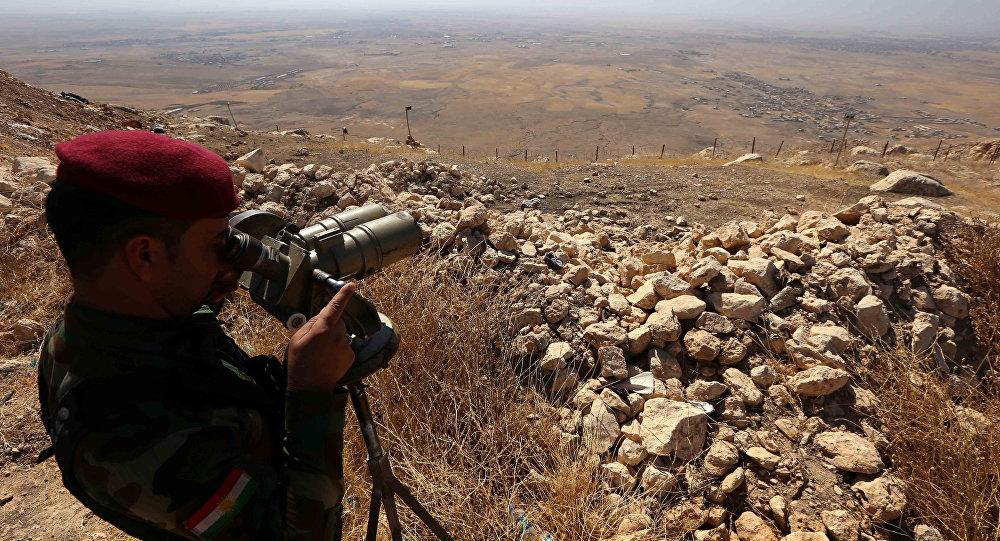 Un Peshmerga en poste d'observation près de Mossoul