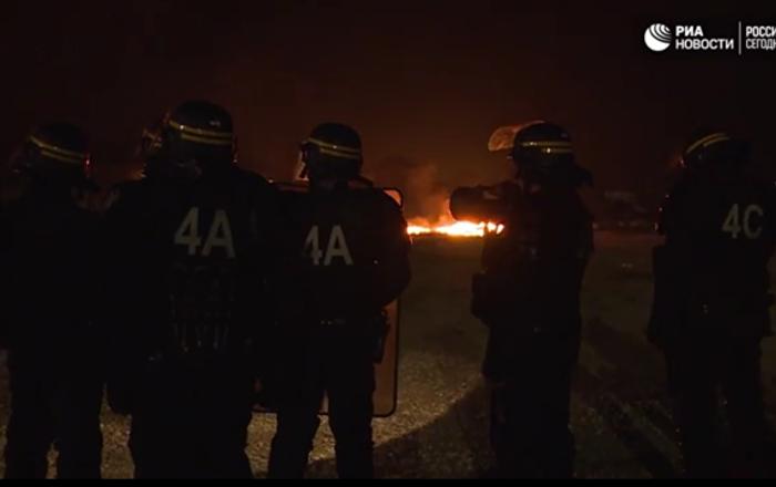 Calais: affrontements entre la police et les migrants