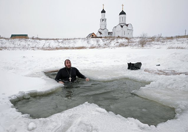 La baignade en eaux glacés de la source pour l'Epiphanie
