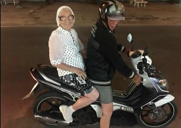 Une babouchka de 89 ans à la conquête du monde!