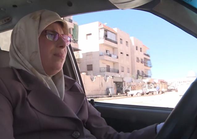 Aminour, l'unique femme chauffeur de taxi à Alep