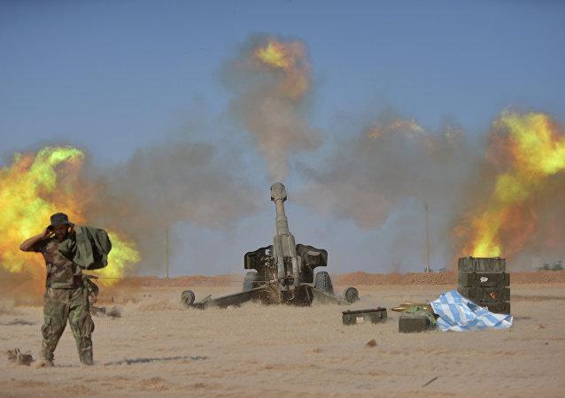 Les Forces de mobilisation populaire tirent contre les terroristes de Daech près de Mossoul