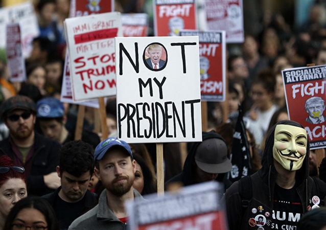 Les protestations contre l'élection de Trump dégénèrent aux USA