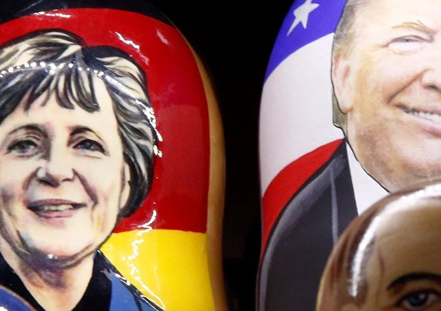 Merkel et Trump peints sur des matriochkas