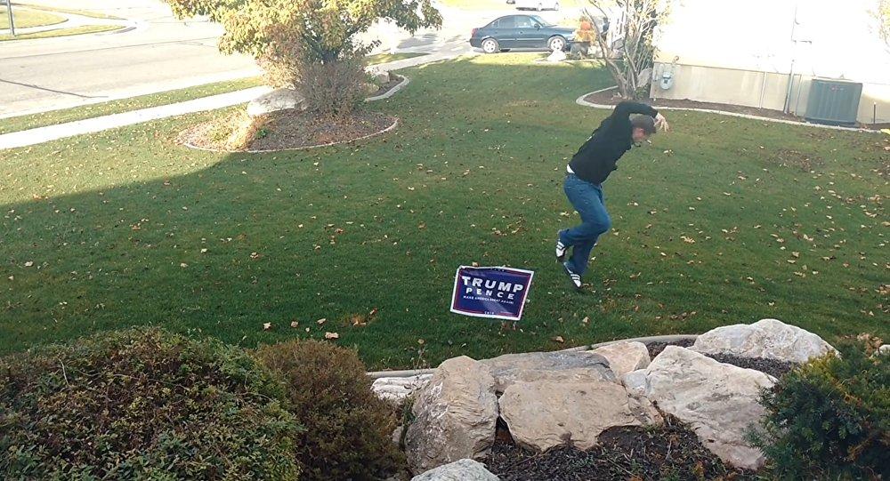 Une pancarte de Trump sous tension