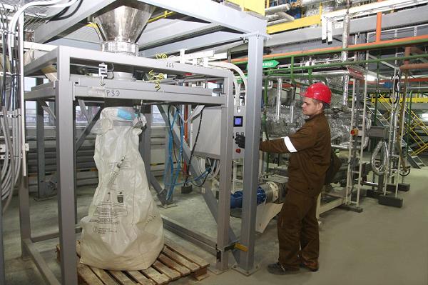 L'emballage de carbonate de cérous dans les sacs sur l'usine de l'entreprise Acron