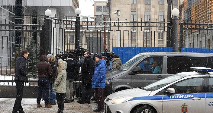 Journalistes près du bâtiment du Comité d'enquête de la Fédération de Russie à Moscou