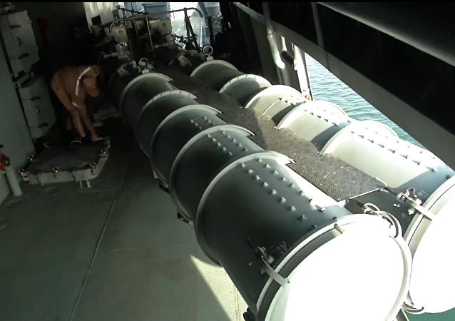 La préparation de la frégate russe Amiral Grigorovitch pour la frappe de missiles sur les positions des terroristes en Syrie