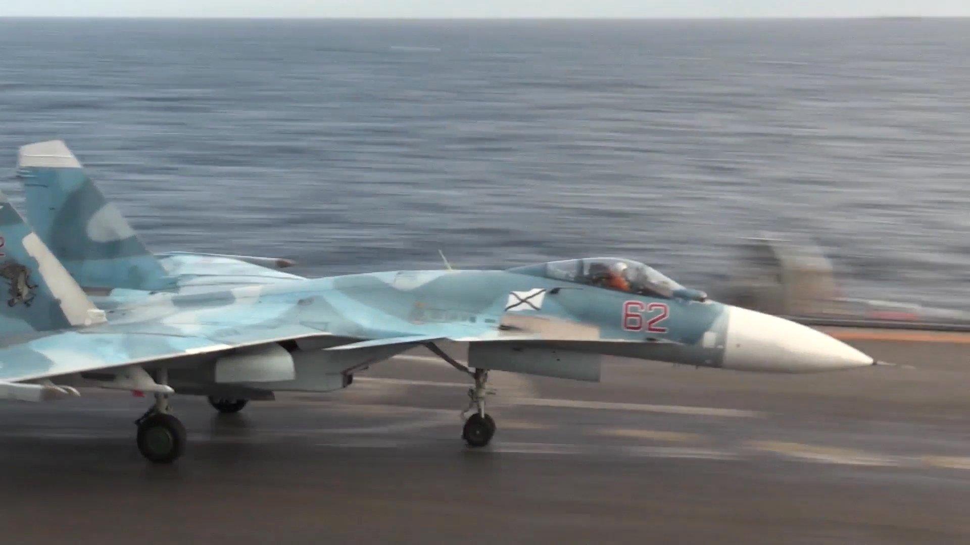 Истребитель Су-33 на палубе тяжёлого авианесущего крейсера Адмирал Флота Советского Союза Кузнецов у берегов Сирии в Средиземном море.