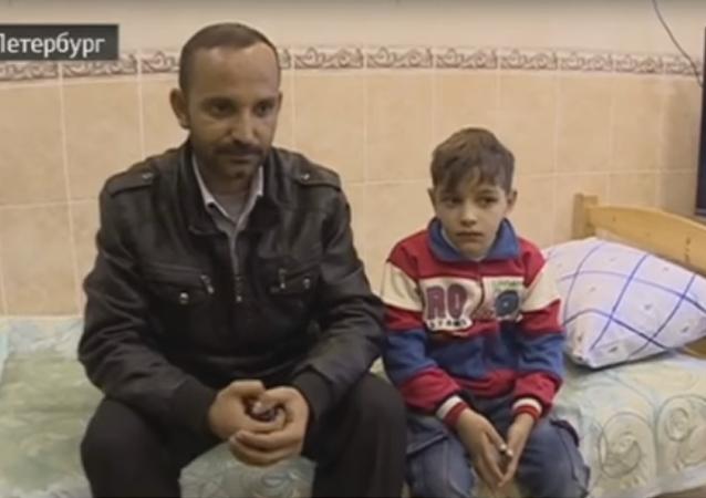 Le petit Kasim Ahmad Alsavaz avec son père
