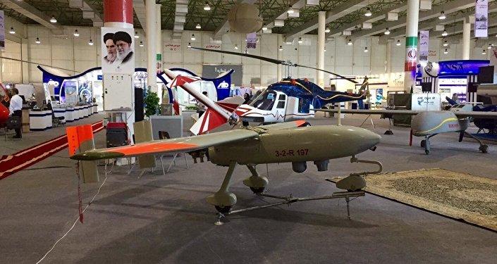 Le nouveau drone militaire iranien Ababil-3. L'engin est doté d'un moteur à essence à 4 temps. Sa durée de vol est de 8 heures, son plafond est d'environ 4 500 m et son rayon d'action de 250 km.