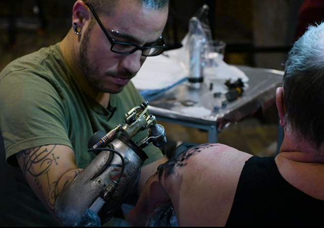 Il tatoue toujours malgré une amputation