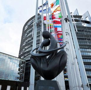 Скульптура Сердце Европы напротив здания Европарламента в Страсбурге