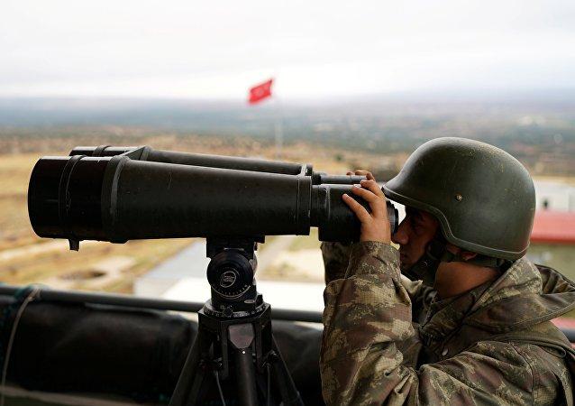 Un soldat turc regarde la frontière avec la Syrie, dans la province de Hatay (photo d'archives)