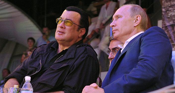Steven Seagal (à gauche) et Vladimir Poutine (archives)