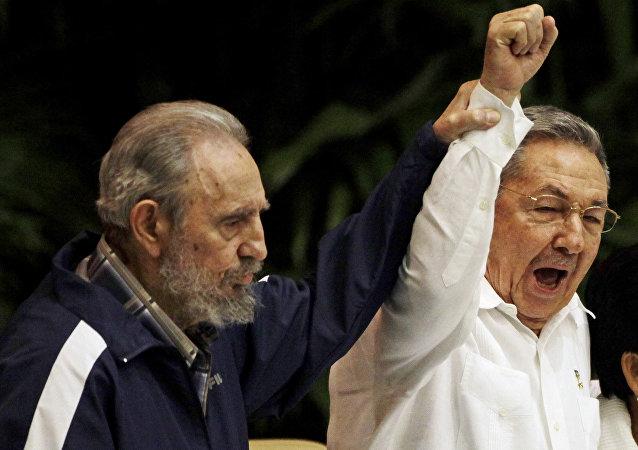 Fidel et Raul Castro