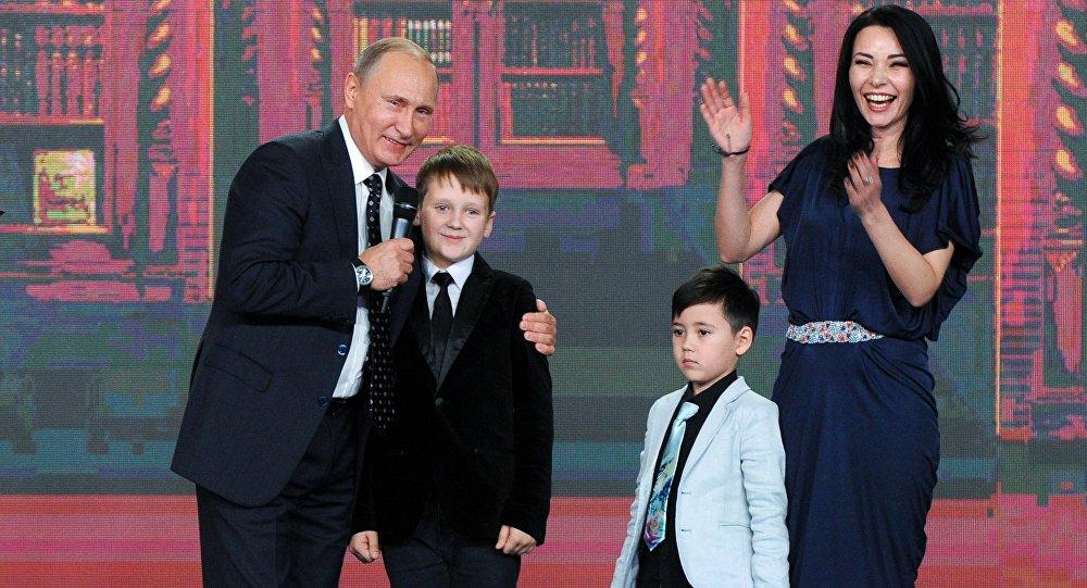Le président russe Vladimir Poutine lors de la cérémonie de remise du prix de la Société russe de géographie tenue au Kremlin