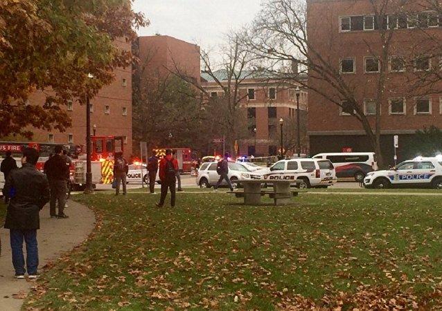 Des véhicules anti-incendie, de police et des ambulances devant l'Université de l'Etat de l'Ohio