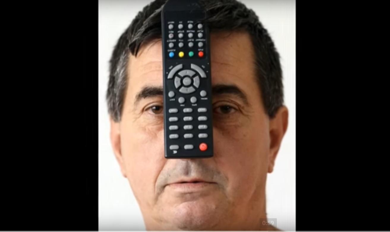 Muhibija Buljubasic avec une télécommande