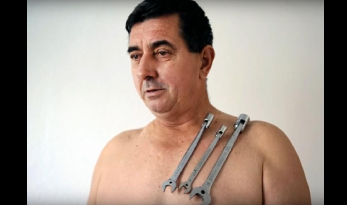 Muhibija Buljubasic avec des outils de mécanicien