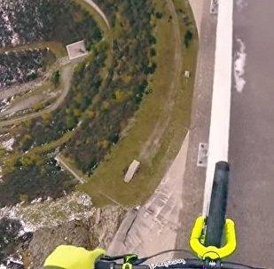 Un cycliste réalise un exploit qui va vous donner le vertige