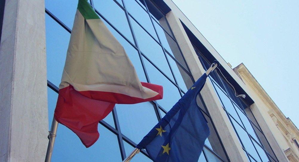 Les drapeaux de l'Italie et de l'UE