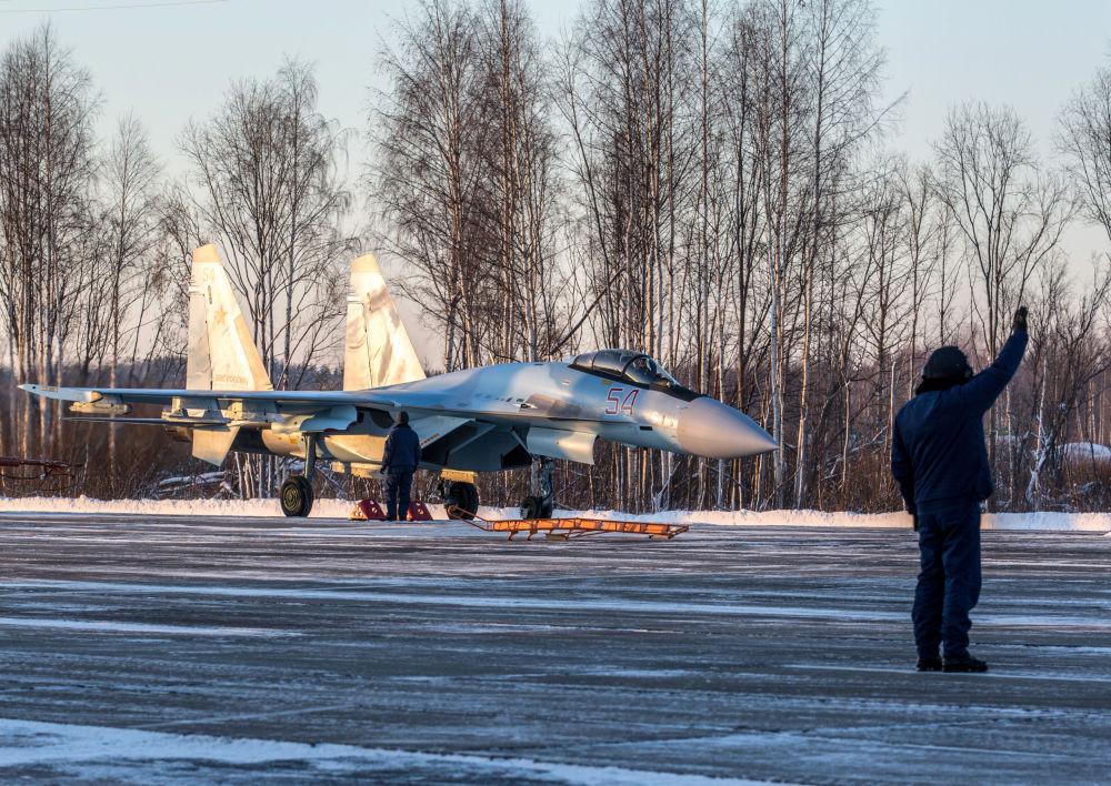 Un pilote dans la cabine d'un chasseur Su-35 en Carélie.