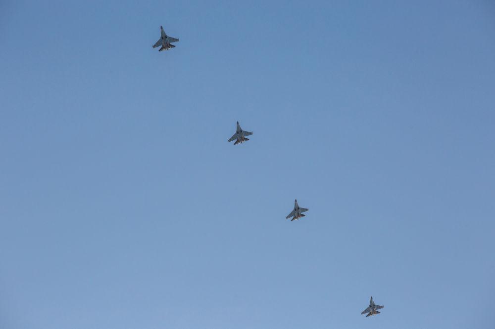 Des avions Su-35 survolent l'aérodrome Besovets en Carélie.