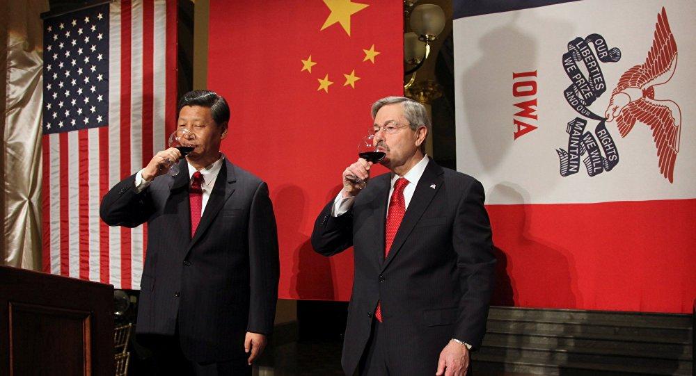 Le vice-président chinois Xi Jinping accueilli par le gouverneur de l'Iowa Terry Branstad en février 2012